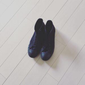 黒スニーカーの着こなし