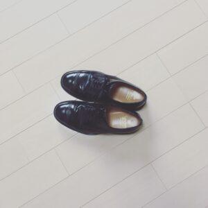 【デニム(ジーンズ)に革靴】カジュアル使いの着こなしとコーディネート