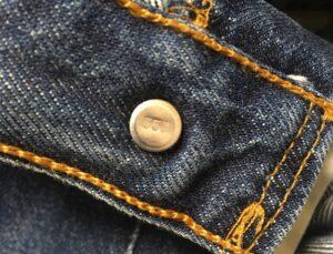 トップボタン裏の刻印は553で米国工場の証