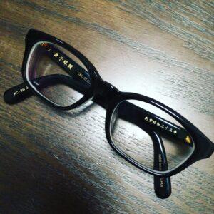 金子眼鏡の黒セルロイドメガネ
