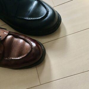 カジュアル使いの革靴の色は黒か茶色