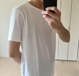 襟の開きが大きいタイプのTシャツ