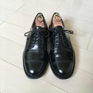 【サンダースミリタリーダービーと着こなし】ポリッシュドレザーとコマンドソールが特徴の英国製革靴