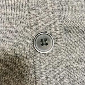 ファインメリノウールカーディガンのボタンの質感