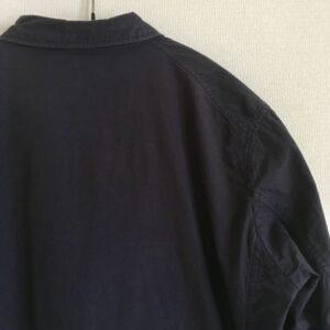 肩が落ちるドロップショルダーのジャケット
